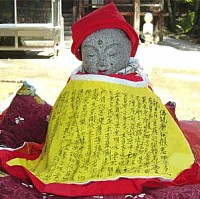 Omokaru Jizo at Gokurakuji Temple; photo courtesy of www.tv-naruto.ne.jp/gokurakuji/omokarujizo.html