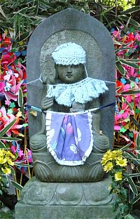 jizo-white-bib-hat-hase-6-dera-dec-2003-MI