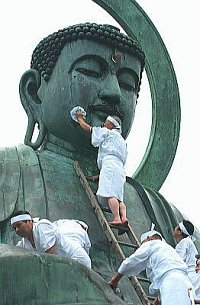 Takaoka Daibutsu - Washing the Big Buddha